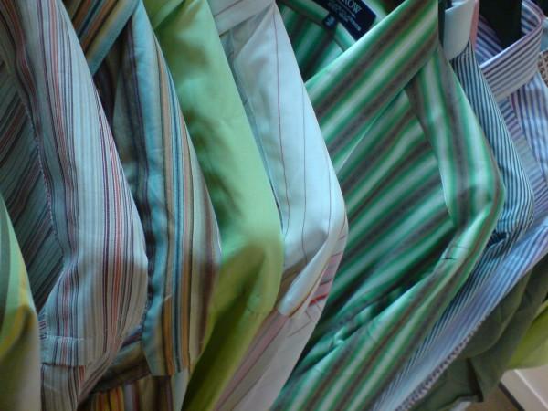 Stock-B. שורות שורות של חולצות חולצות חליפות חליפות וגם סוודרים