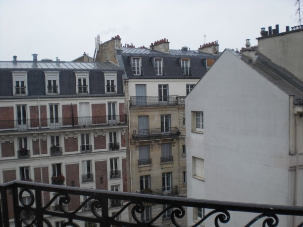 קטנה פריזאית: שלג על עירי