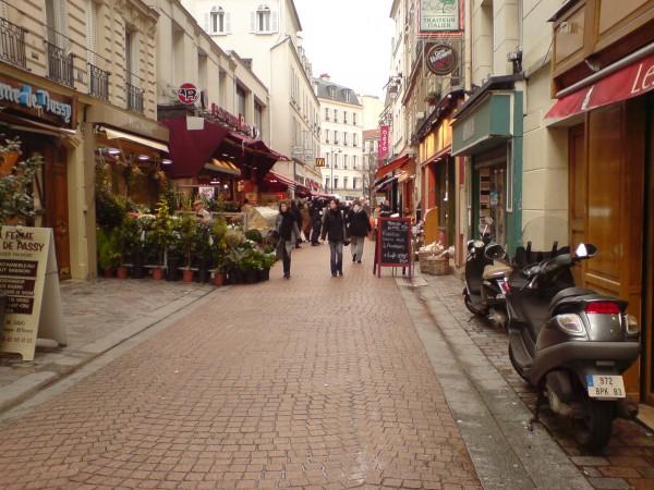 Rue de L'annonciation. כי כל קניון צריך מדרחוב ציורי לידו