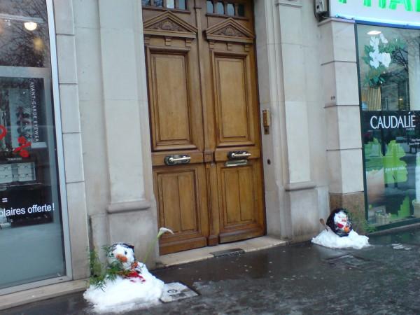 Bonhommes de neige. אנשי השלג הגמדיים בדרך למאפייה