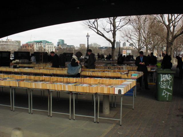 שוק הספרים המשומשים בסאותבנק. מבחר מעולה במחצית המחיר