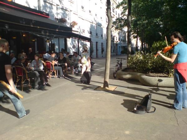 עוד אמנות לעם: נגן מול בית קפה בפלאס דה לה נסיון