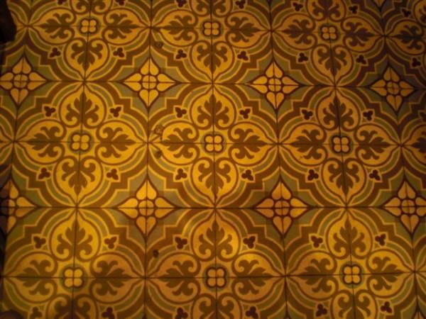 רצפה תל אביבית מצויירת בחנות. גם הג'ינסים שם נראו מעולים