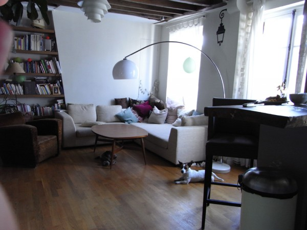 הסלון של דב וטיבוי. להחלפה בדירה תל אביבית