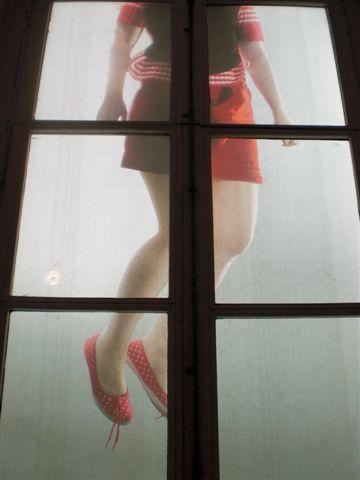 ואלה הרגליים של דבורה, כפי שנראו מהפוסטר שהיה תלוי מחוץ למונה דה פארי