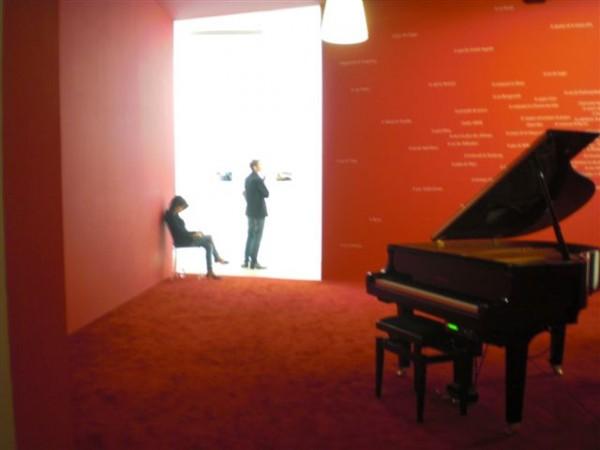 מבט לקומה התחתונה, שמציגה את העבודות של וויליאם אגלסטון