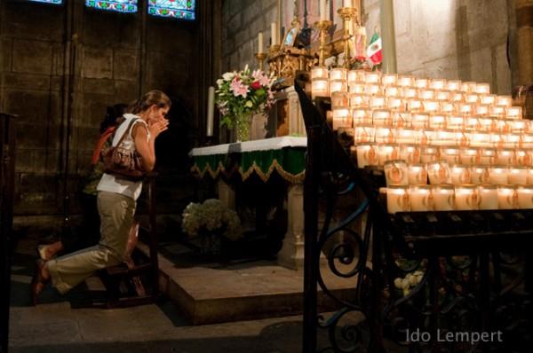 כנסיה כלשהי מבפנים. הנרות בתשלום