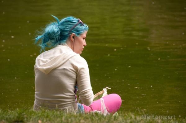 מתה על השיער. נערה בפארק בוט שומון