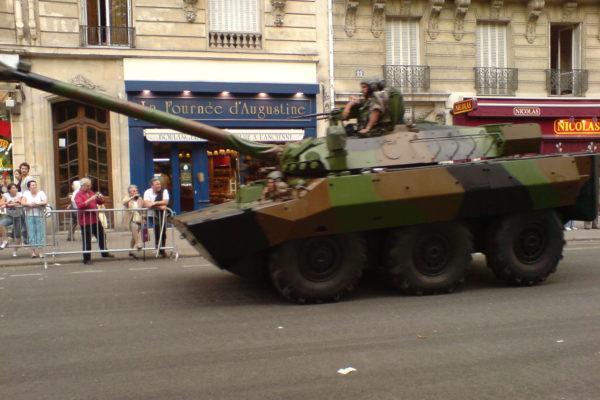 הצבא צועד על קיבתו / קטנה פריזאית