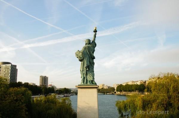 פסל החירות משקיף על הסן * צילום: עדו למפרט