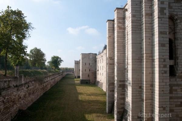 חומות טירת ונסן * צילום: עדו למפרט