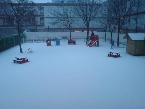 חצר בית הספר. חמישי בבוקר, תוך כדי השלג הראשון