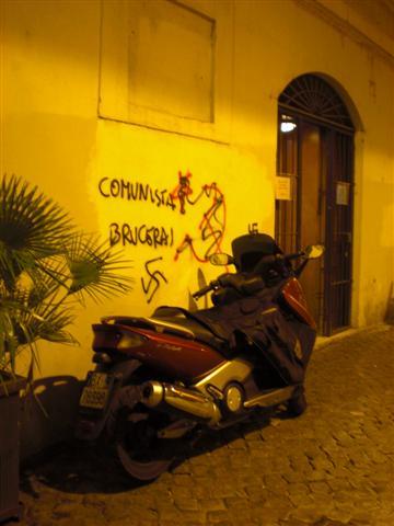 צלב קרס ליד המדרגות הספרדיות. רומא, במקרה