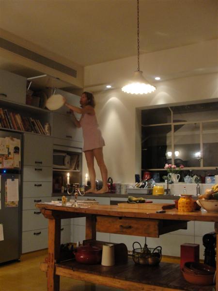 המטבח. האשה ארוכת הרגליים לא כלולה