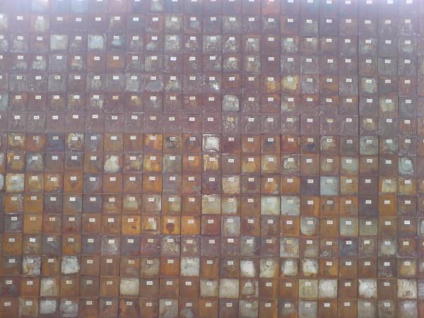 קיר של תיבות ברזל חלודות. בולטנסקי בגראנד פאלה