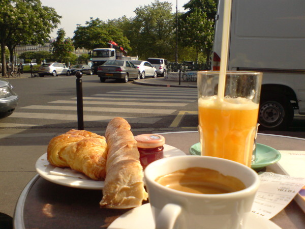 קפה וקרואסון וטרטן ומיץ תפוזים. בוקר על השולחן היחיד שתפס שמש בכיכר