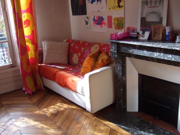 הספה ליד האח בחדר הילדים. הדירה במונטרגיי