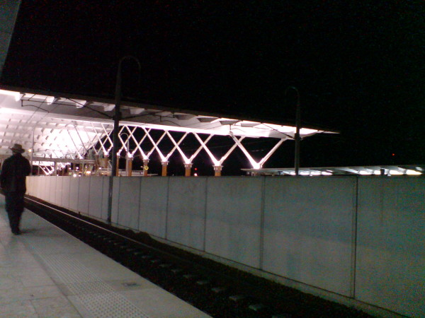 עוד דקה תגיע הרכבת. אני מתה על רכבות. במיוחד כשהן מגיעות לפריז