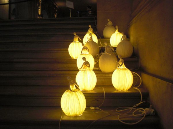 מנורות נייר ורקדניות, מחנות האופרה
