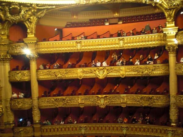 אופרה גרנייה. קל יותר לראות את השכנים מאשר את הבמה