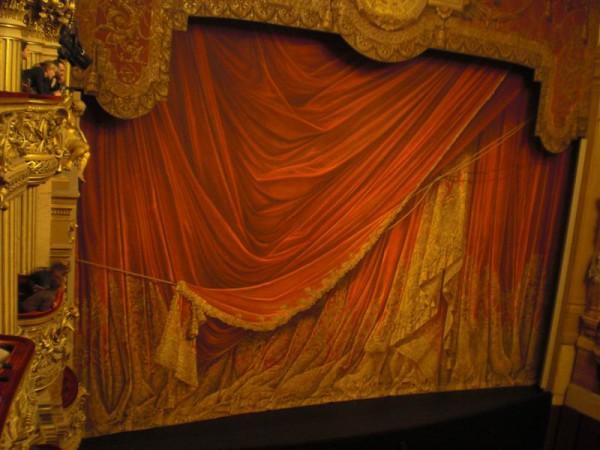 המסך. מצוייר אבל משכנע. האופרה גארנייה