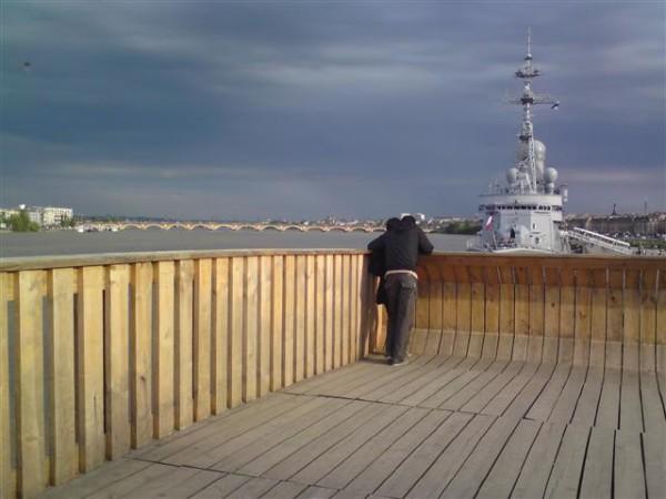 בורדו. הזוג שעל הגשר וספינת המלחמה