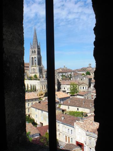 מבט מבין אחד החלונות במגדל המלך בסנט אמיליון