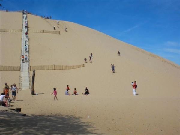 Dune de Pyla. הטיפוס לפסגה. יש גם מדרגות