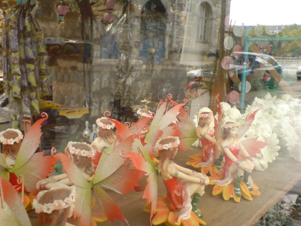 בובות נעולות בשוק הפרחים הסגור. מה פתאום לתיירים