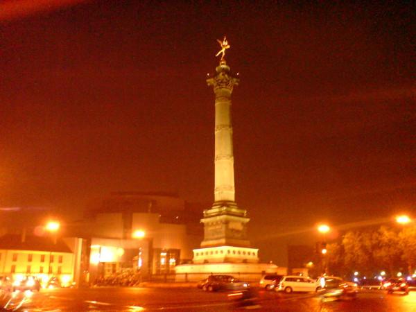 השליח בכיכר הבסטיליה. בלילה הוא מצטלם טוב יותר. לדעתי בזכות הגשם