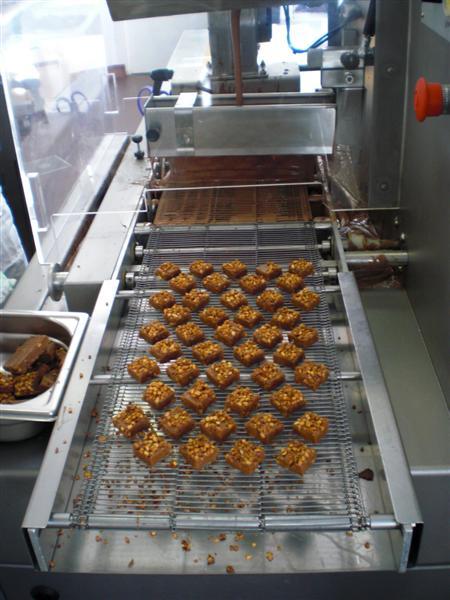 השוקולדים אחרי התוספת ולפני ציפוי השוקולד האחרון