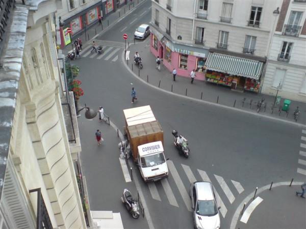 המשאית מחכה לכל הדברים שלנו בצומת הקטנה שמתחת לבית