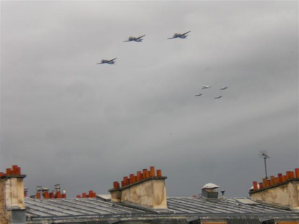 יודעות. ויודעות למה צרפת דווקא היום צרפת מציגה את מטוסי הקרב שלה?