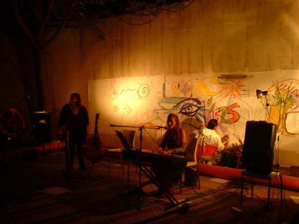 שירה וציור בערבות רחוב הנגב. צרפתית ישראלית עם התנצלויות בעברית
