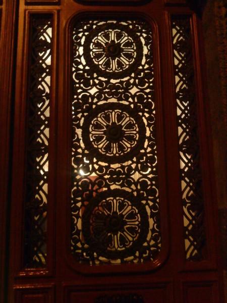 אם מתחשק לך לפעמים. דלת הבניין של המטבח הנחבא. צילום: רינת צל סלע