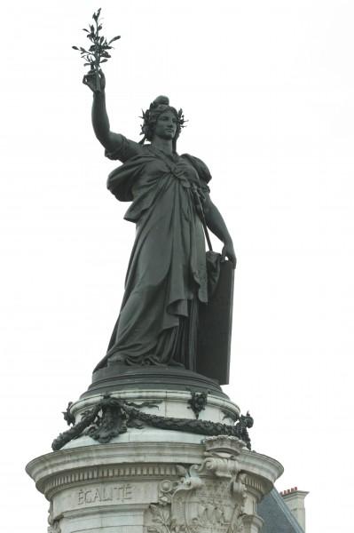 מריאן בכיכר הרפובליקה. מתוך ויקיפדיה