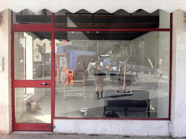 הכתובת על קיר הזכוכית (של החנות של אילוצ'קה בגן החשמל)