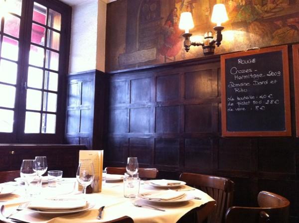 השולחן שבעומק המסעדה. עריכה ראשונה