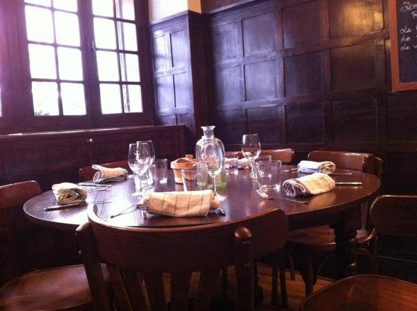 וככה מכינים שולחן לחברים של. תיכף תתחיל כאן ארוחת טעימות כלשהי