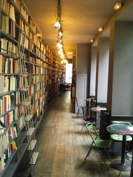 בית הקפה, מבט מבפנים. הספרים טובים, עוגת הפרג לימון מעולה, והקהל - הורס. ויש גם לה מונד