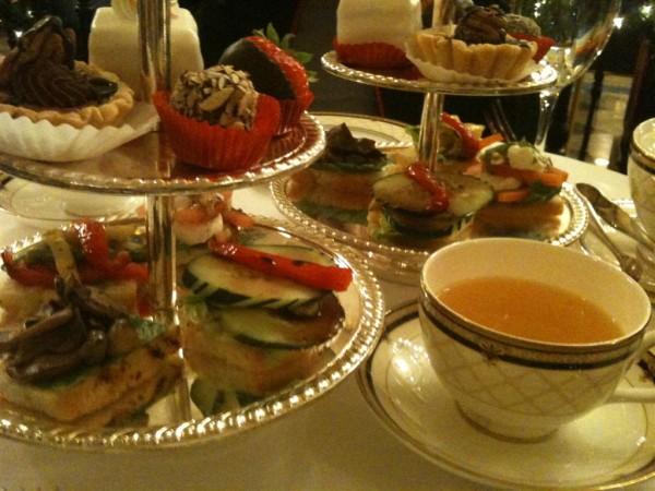 מסיבת התה של עליזה. swann cafe
