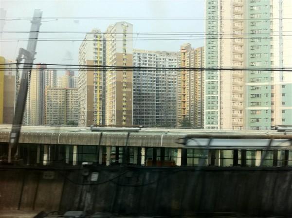 בניינים מהרכבת בדרך להונג קונג. אגב, דרך יפהפיה, אם מישהו מוצא דרך לעשות אותה לאט יותר