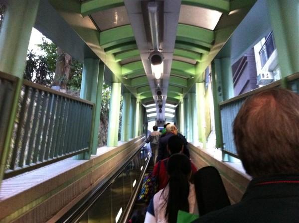Mid-levels, המדרגות הנעות האינסופיות. עולות בבוקר ויורדות בערב
