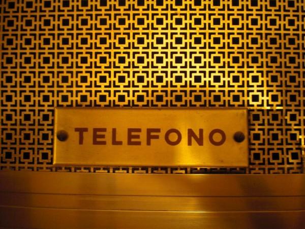 תא טלפון במלון. אפשר להכנס עם הסלולרי, או לנצל את ההזדמנות ולהתוודות
