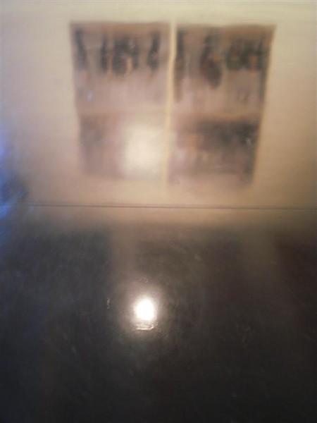 השתקפות של ארבעה ציורים ברצפה השחורה של Macro. ציור מקורי: אדריאן פאצ'י