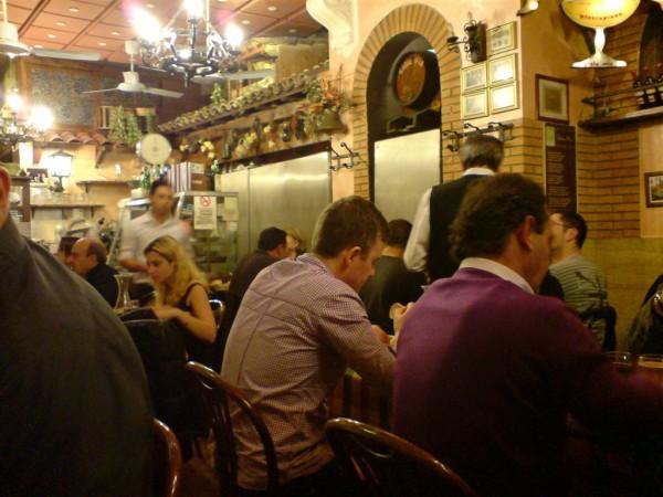 המסעדה. בתמונה מתחבא סלב (של איטלקים)