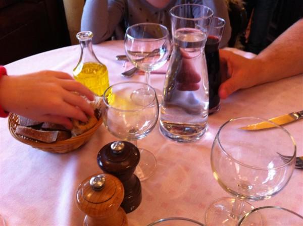 ידיים נשלחות לחטוף; לא יקרה בארוחה צרפתית. Le Cherche-Midi