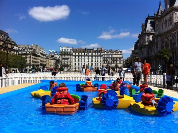 ברחבה של ההוטל דה וויל: סירות פדלים לכל, בחסות העיריה. כדי שיהיו סיבות טובות להישאר בקיץ בפריז