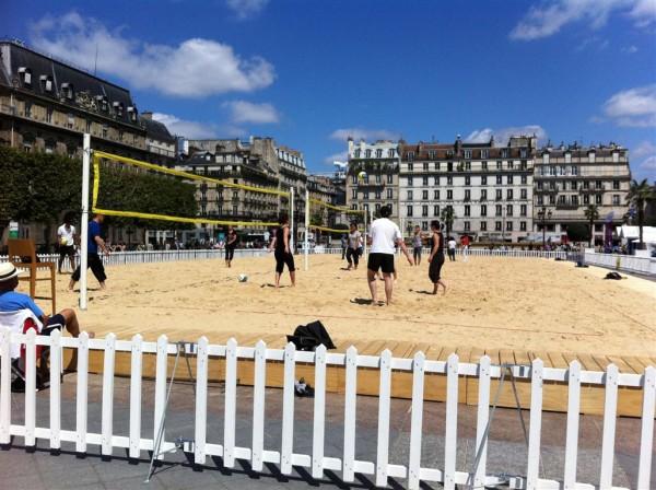 באותה רחבה: כדורעף חופים, בכיכר העיר