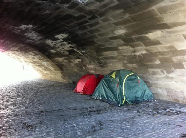 אוהלים מתחת לגשר. פונט מארי